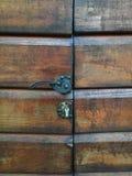 Botão de porta na porta de madeira fotografia de stock