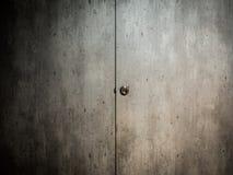 Botão de porta na parede velha fotografia de stock royalty free