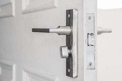 Botão de porta na porta branca imagem de stock royalty free