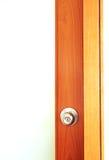 Botão de porta na porta de madeira imagens de stock