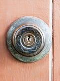 Botão de porta na porta de madeira velha fotos de stock