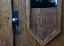 Botão de porta oxidado com um buraco da fechadura Copie o espaço imagem de stock royalty free
