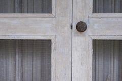 Botão de porta oxidado velho fotografia de stock royalty free