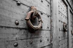 Botão de porta pesado velho com leão decorativo fotografia de stock