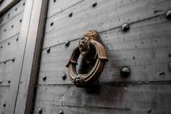 Botão de porta pesado velho com leão decorativo fotos de stock