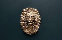 Botão de porta principal do leão velho em escuro - fundo cinzento fotos de stock royalty free