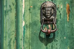 Botão de porta principal humano decorativo Aldrava de porta de bronze foto de stock royalty free