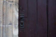 Botão de porta retro com um buraco da fechadura Espaço para o texto foto de stock