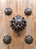 Botão de porta tradicional imagem de stock