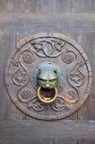 Botão de porta velho fotografia de stock