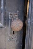 Botão de porta velho imagem de stock