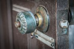 Botão de porta velho imagens de stock royalty free