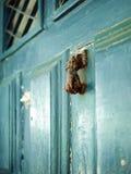 Botão de porta velho (aldrava) sob a forma de uma mão Imagens de Stock Royalty Free