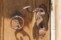 Botão de porta velho do metal fotografia de stock royalty free