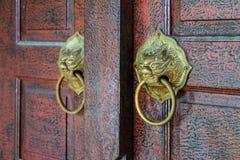 Botão de porta velho do ouro do vintage imagem de stock royalty free