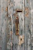 Botão de porta velho e oxidado com o buraco da fechadura em portas de madeira azuis pálidas e do vintage imagens de stock royalty free