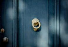 Botão de porta velho na vila holandesa fotos de stock royalty free