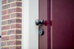 Botão de porta velho na vila holandesa imagens de stock royalty free