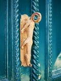 Botão de porta velho (puxador da porta) sob a forma de um crocodilo Fotos de Stock Royalty Free