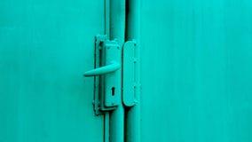 Botão de porta verde na porta verde imagens de stock