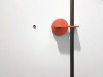 Botão de porta vermelho na porta branca imagem de stock royalty free