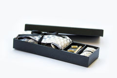 Botão de punho, laço e grampo de laço, lenço na caixa de presente Foto de Stock