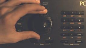 Botão de rádio de ajustamento do fm da mão Imagem retro processada Mão que ajusta o controle de volume Conceito da transmissão e  fotos de stock
