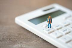 Botão diminuto do IMPOSTO de Keypad do trabalhador da construção dos povos para o cálculo do imposto Fácil calcular E foto de stock