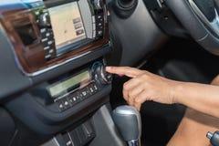 Botão do ar-engodo da imprensa da mão do motorista no carro fotografia de stock royalty free