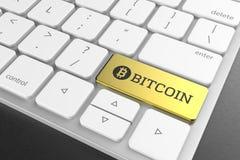 Botão do bitcoin do ouro no teclado moderno 3D que ilustra Fotografia de Stock