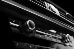 Botão do condicionamento de ar dentro de um carro Unidade da C.A. do controle do clima no carro novo detalhes modernos do interio Imagem de Stock