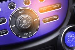 Botão do controlador do áudio dos meios no interior do carro para o rádio e o a fotografia de stock royalty free