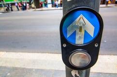 Botão do controle de cruzamento pedestre na interseção Fotos de Stock