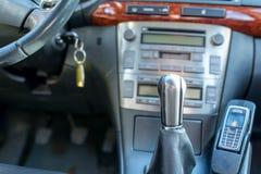 Botão do deslocamento de engrenagem no fim japonês do carro acima do tiro, fotos de stock royalty free