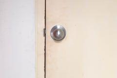 Botão do foco na porta de madeira imagem de stock royalty free