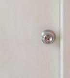 Botão do foco na porta de madeira foto de stock