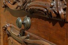 Botão do metal na porta de madeira bonita imagens de stock royalty free