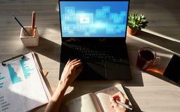 Botão do vídeo do jogo Janela do reprodutor multimedia na tela fluir Estratégia satisfeita de mercado imagens de stock royalty free