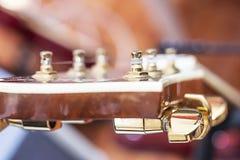 Botão dourado da guitarra do foco imagem de stock