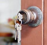 Botão e porta-chaves de porta na porta de madeira velha foto de stock royalty free