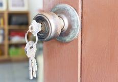 Botão e porta-chaves de porta na porta de madeira velha imagens de stock