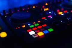 Botão luminoso no painel DJ para misturar e gestão do tcontrol do disco imagem de stock