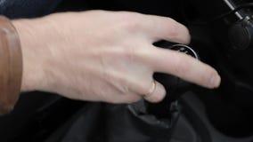 Botão manual do deslocamento de engrenagem em um veículo mão do motorista, conduzindo as engrenagens de deslocamento do carro vídeos de arquivo