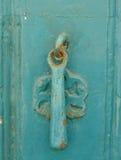 Botão metálico da porta velha para a batida fotos de stock