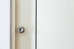 Botão na porta de madeira branca fotos de stock royalty free