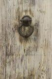 Botão na porta de madeira velha fotos de stock