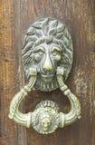 Botão na porta velha imagens de stock royalty free