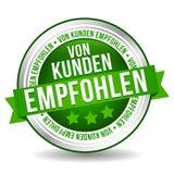 Botão recomendado cliente - bandeira em linha do mercado do crachá com fita Alemão-tradução: Von Kunden empfohlen Fotografia de Stock