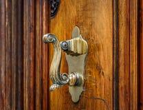Botão velho de uma grande e porta rústica foto de stock