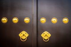 Botão velho e do vintage de porta na porta do templo fotografia de stock royalty free